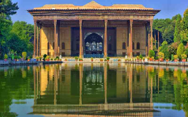 کاخ چهلستون اصفهان چند ستون دارد